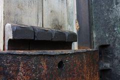 Verkeilte Bretter an einem Brettfallhammer.