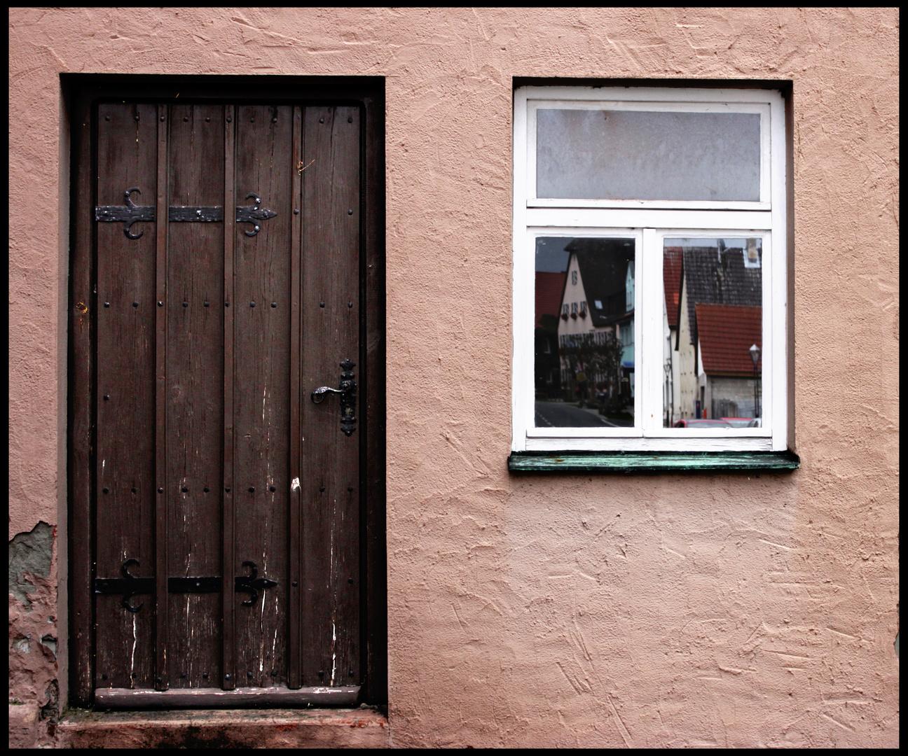 Verschlossene Tür, ohne Möglichkeit durchs Fenster zu blicken