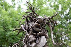 verschlungener Engel im Baum