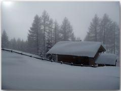 Verschneite Wochenendhütte