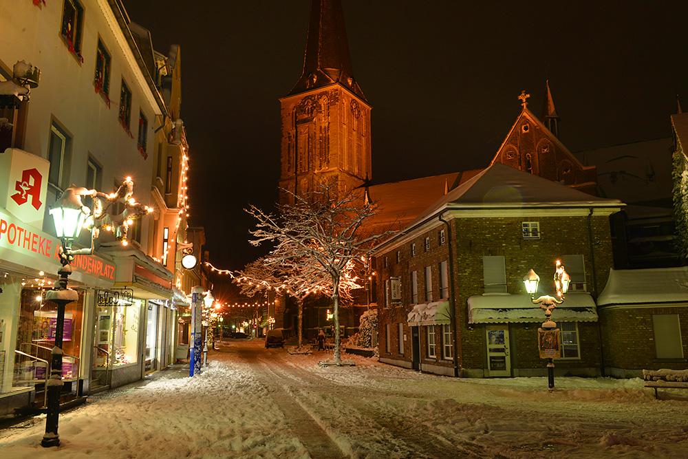 Verschneites Süchteln bei Nacht