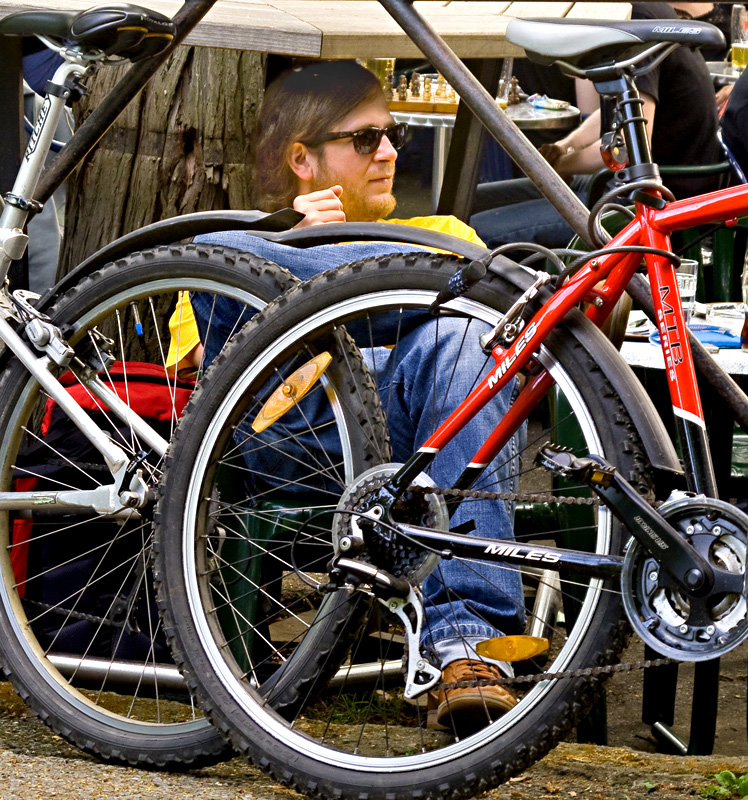 Versteckt hinter Fahrrädern sitzt es sich doch recht gemütlich!
