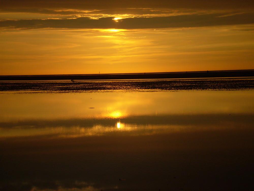 Versteckter Sonnenuntergang am Strand