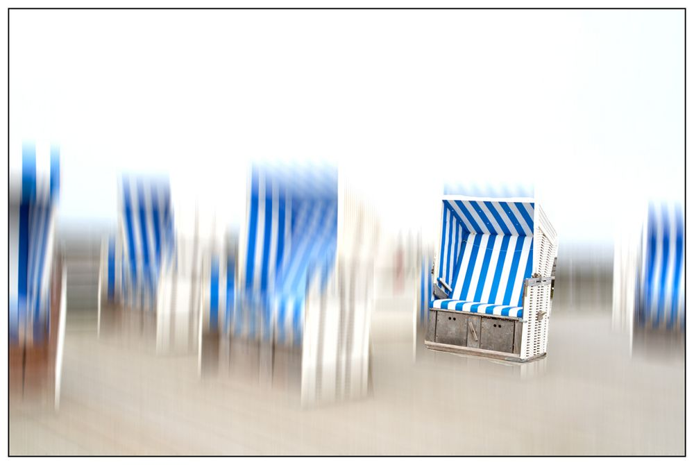 verwaiste Strandkörbe im Winter