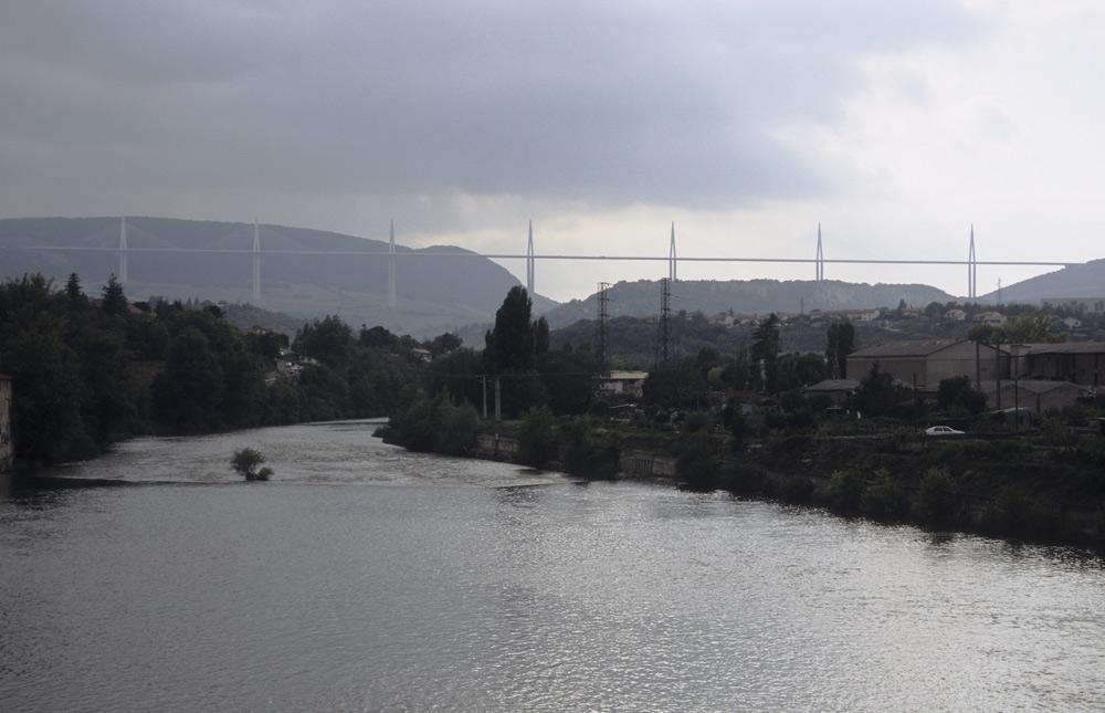 Viadukt, gesehen von Millau