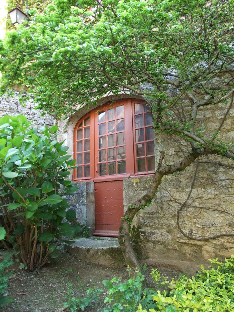 Vieille porte à Loubressac (Lot)