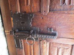 Vieille serrure sur une porte de Chapelle Alpine..
