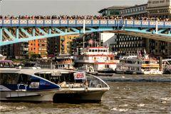Viel los auf der Tower Bridge