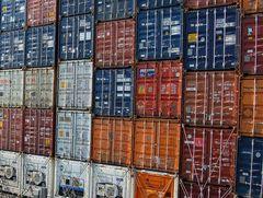 Viele bunte Kisten auf dem Weg nach Singapur