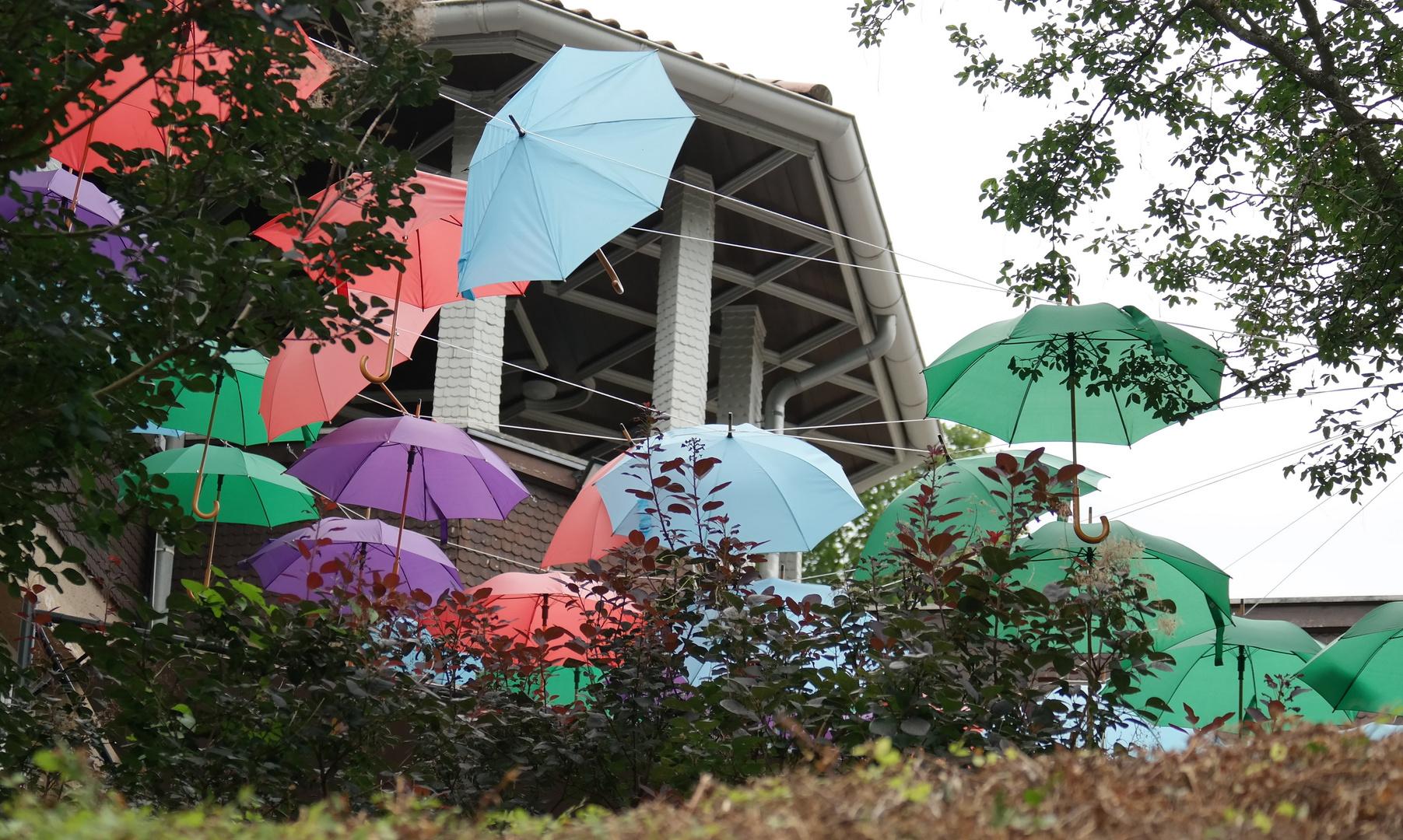 Viele Schirme am letzten, sehr warmen Sommertag 2017