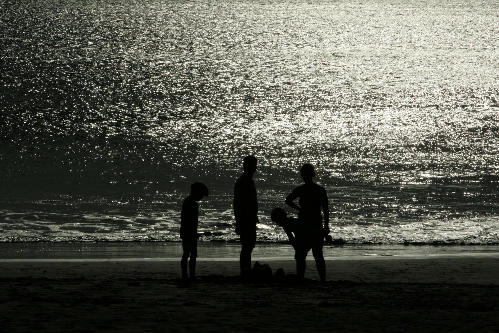 Vier Jungs am Strand von Seminyak - Bali