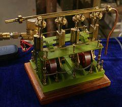Vierzylindrige Schiffsdampfmaschine mit schwingenden Zylindern