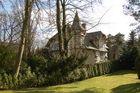 Villa hinter Bäumen