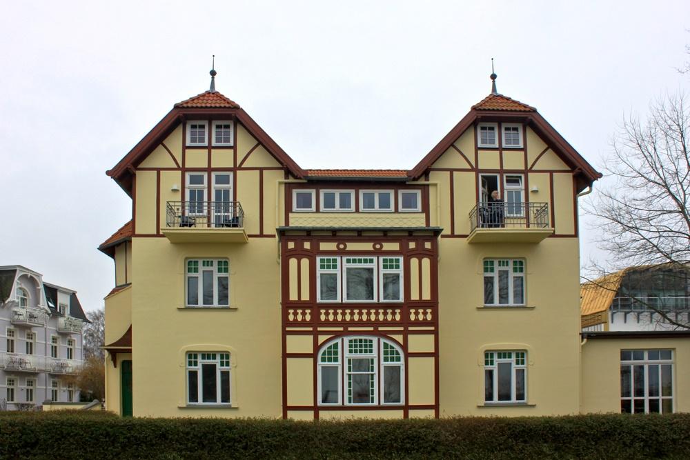 Villa in Gelb und Braun