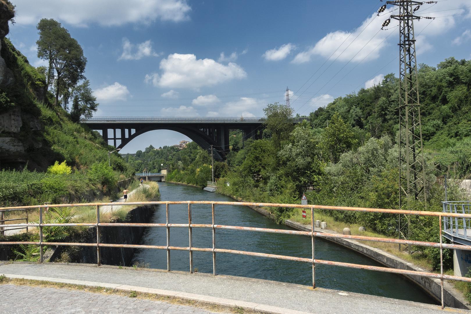 Vista dal ponte della centrale, fiume Adda