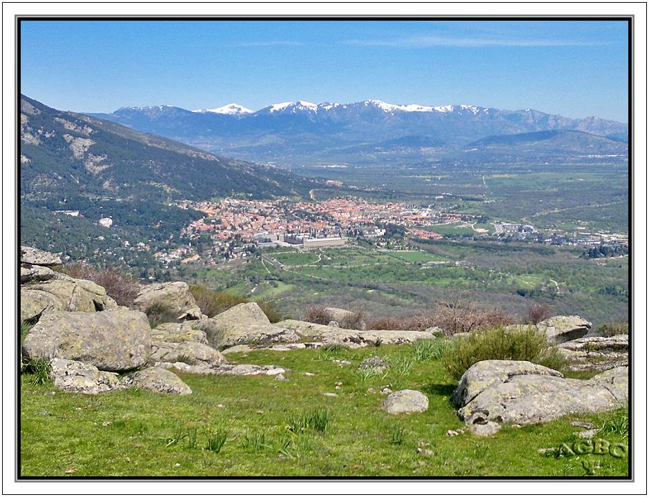 Vistas de El Escorial y la sierra de Madrid nevada