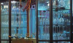 Vitrine à verres, vase et bouteilles