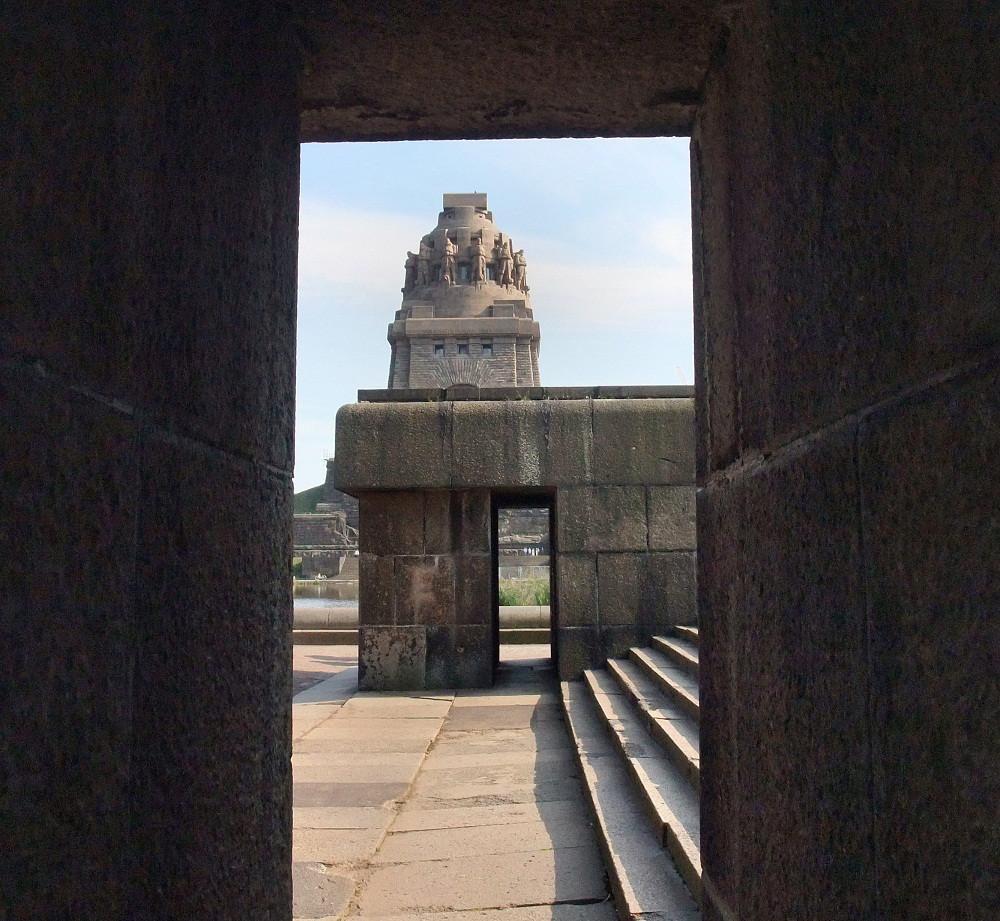 völkerschlachtdenkmal zu leipzig im tunnelblick