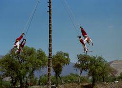 voladores sur fond de teotihuacan
