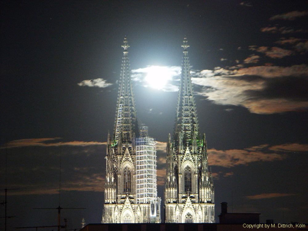 ...voll erwischt. Kölner Dom mit Vollmond. Cologne Cathedral with full moon.