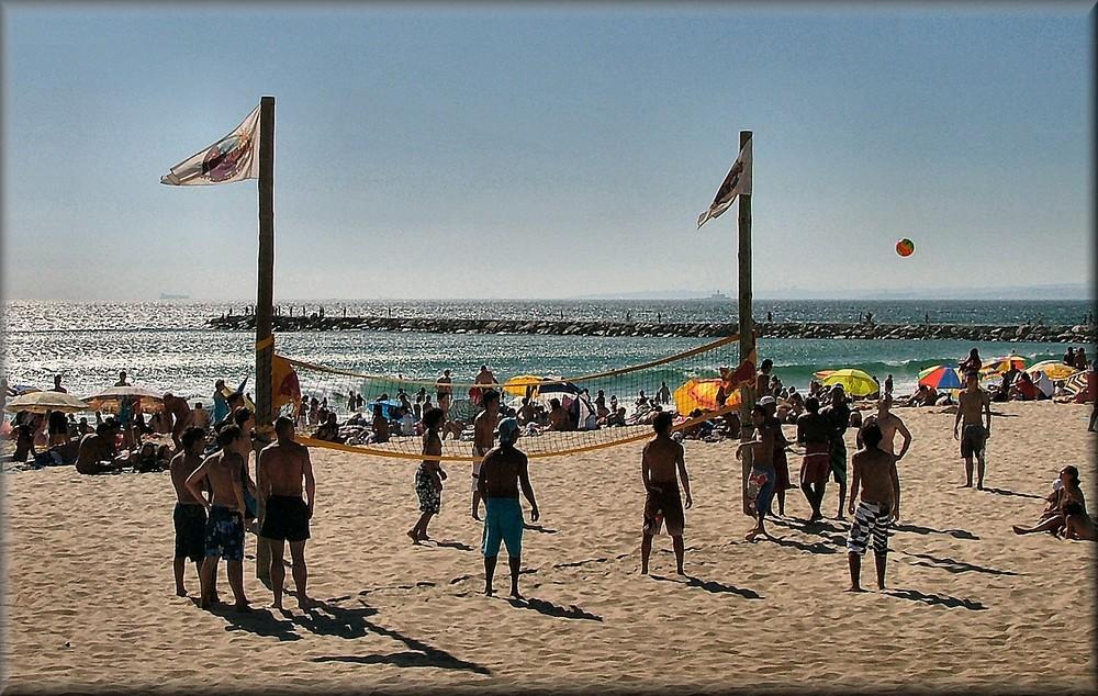Volleyballl di spiaggia in controluce..