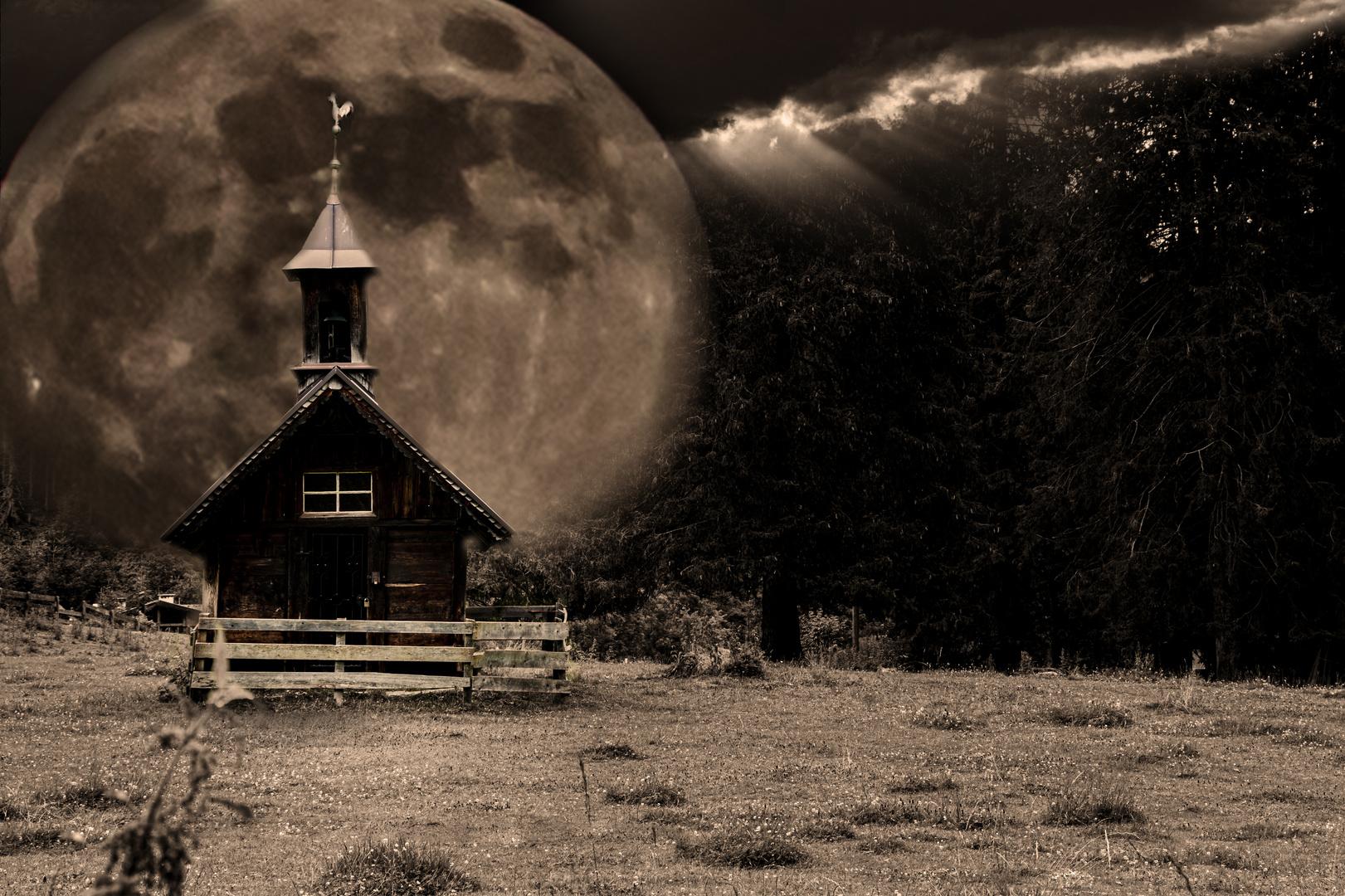 Vollmond hinter der Kirche