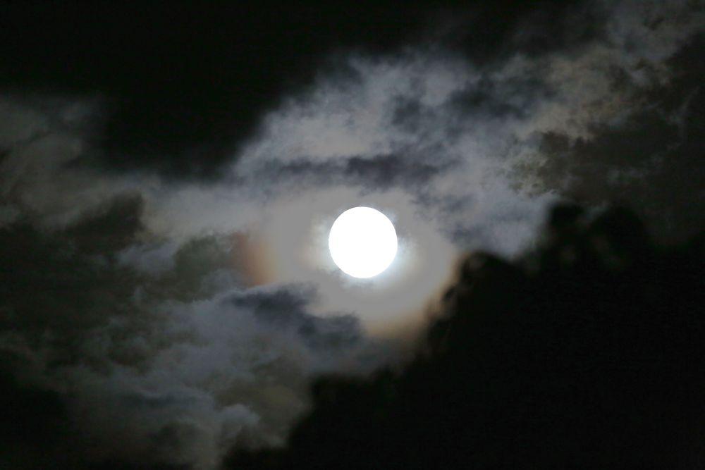 Vollmond in Wolken