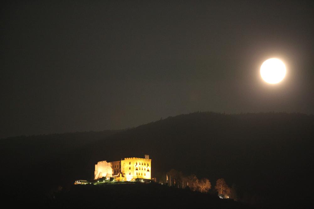 Vollmond über dem Hambacher Schloss