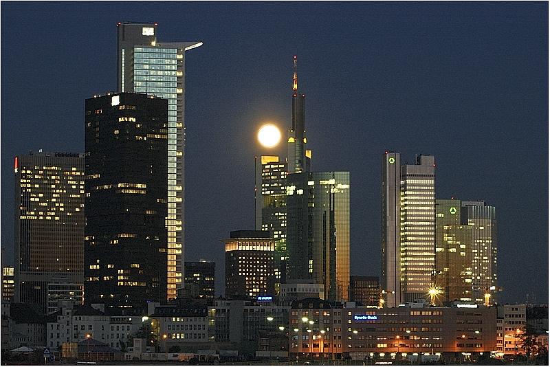 Vollmond über Frankfurt