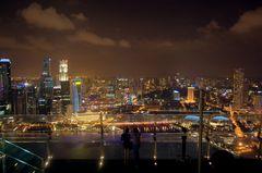 vom Hotel Marina Bay zur Skyline Singapur