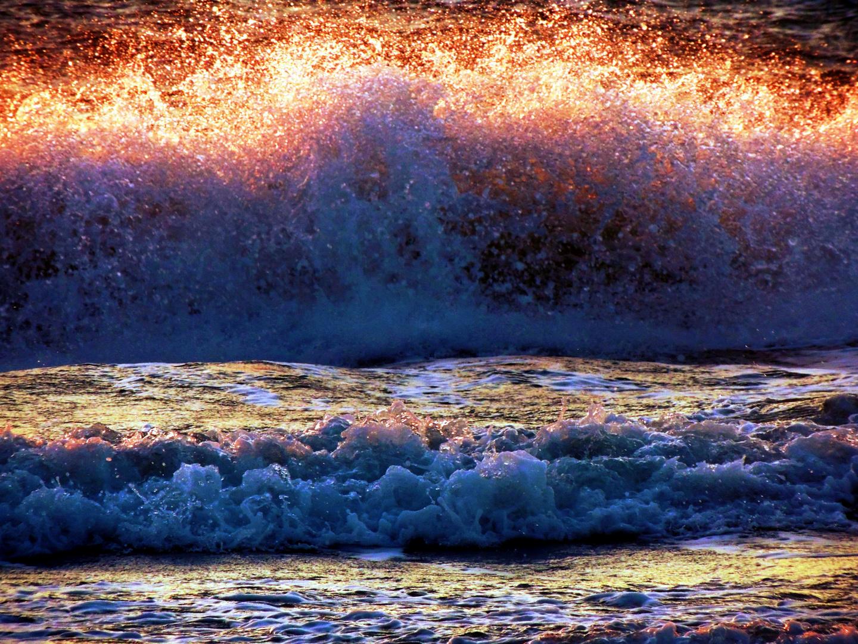 Vom Sonnenuntergang beleuchtete Ostseebrandung
