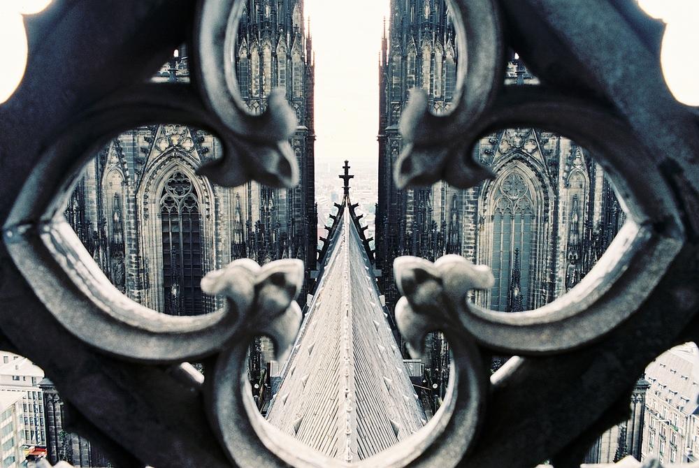 Vom Vierungsturm des Kölner Doms Richtung Domtürme durch die Brüstung fotogr.