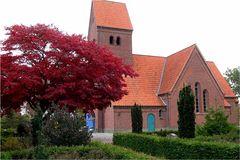 Von außen eine gewöhnliche Kirche in Jütland, Dänemark