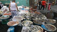 Von der Straße auf den Tisch !  Fischverkauf auf der Straße in Neapel
