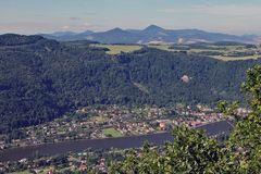 Von der Wysoky Ostry (Hohe Wostry) hoch über der Labe (Elbe) Blick ins Böhmische Mittelgebirge ...