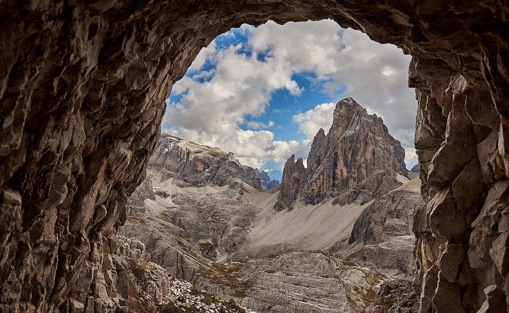 Von einem ehemaligen Kriegsstollen, hat man einen beeindruckenden Blick auf den 3094 m hohen...