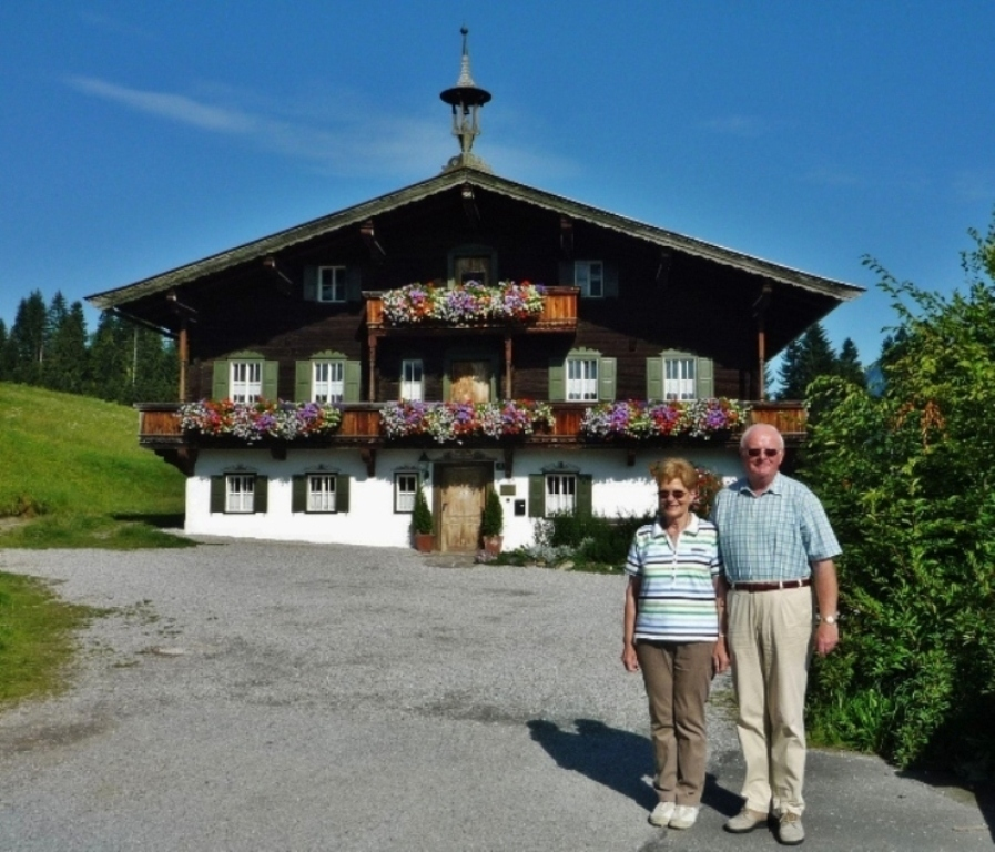 "Vor dem ""Bergdoktor-Haus"" in Ellmau"