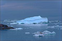 vor dem eisberg kaum zu erkennen