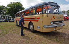 Vor dem Ikarusbus
