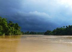 Vor dem Regen am Fluss