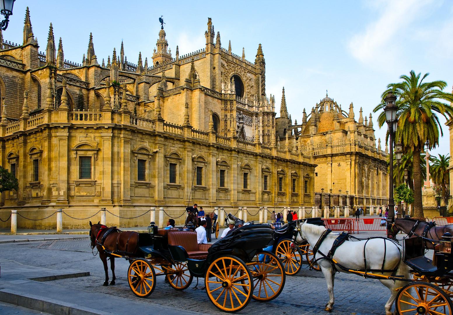 Vor der Kathedrale in Sevilla
