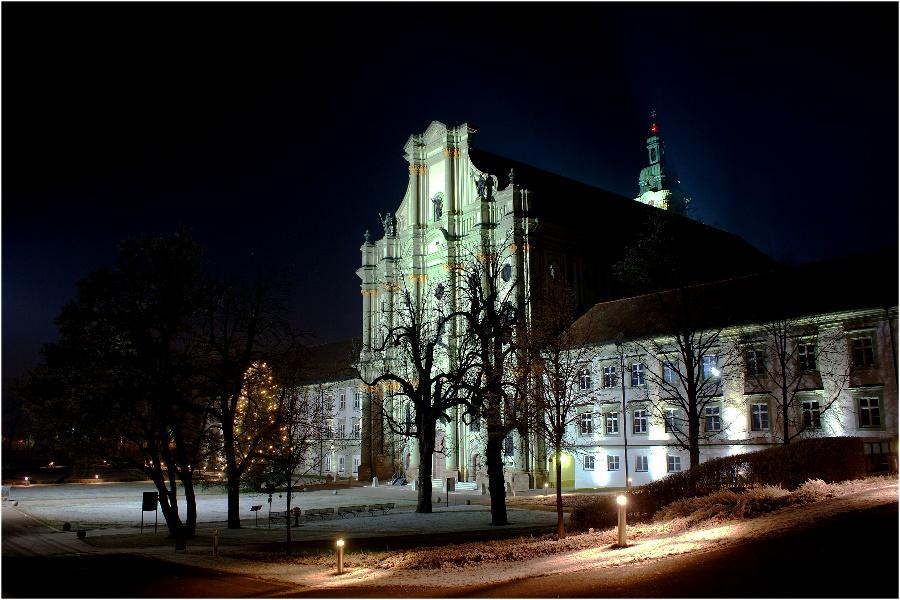 Vor der Klosterkirche Fürstenfeld (Fürstenfeldbruck) am Vorabend des 24.12.07