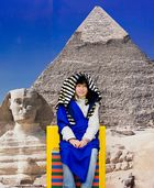 Vor derPyramide