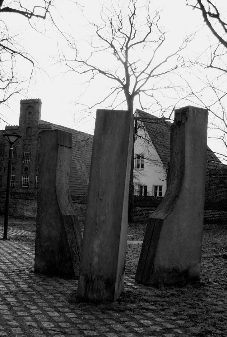 vor einer Kirche in Lübeck...