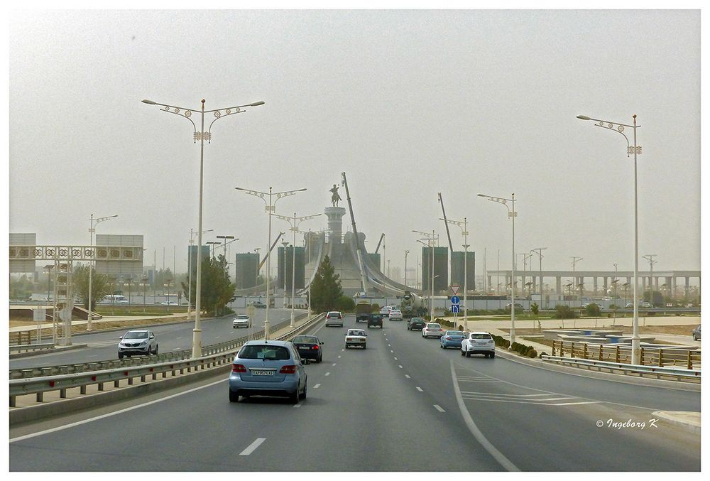 Vor uns ist Aschgabat - Haupstadt von Turkmenistan - auf dem Weg vom Flughafen -