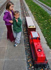 Vorsicht an der Bahnsteigkante - durchfahrende Güterzug-Garnitur!