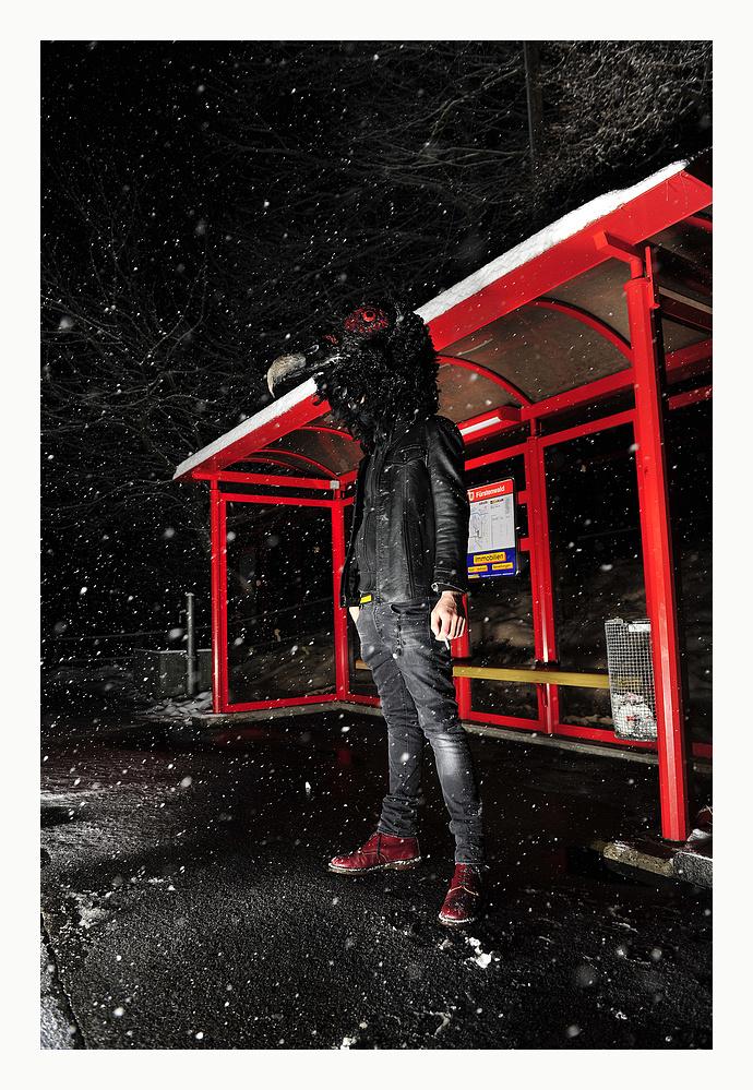 Vorsicht des Nachts bei Schneefall auf den Strassen laufen komische Kreaturen umeinand.