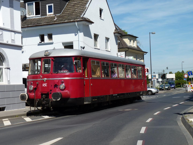 VT25 der RSE (Rhein-Sieg-Eisenbahn) mitten in Troisdorf-Sieglar