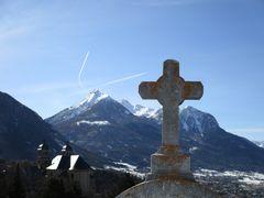 ..Vue du cimetière sur la collégiale de Briançon..
