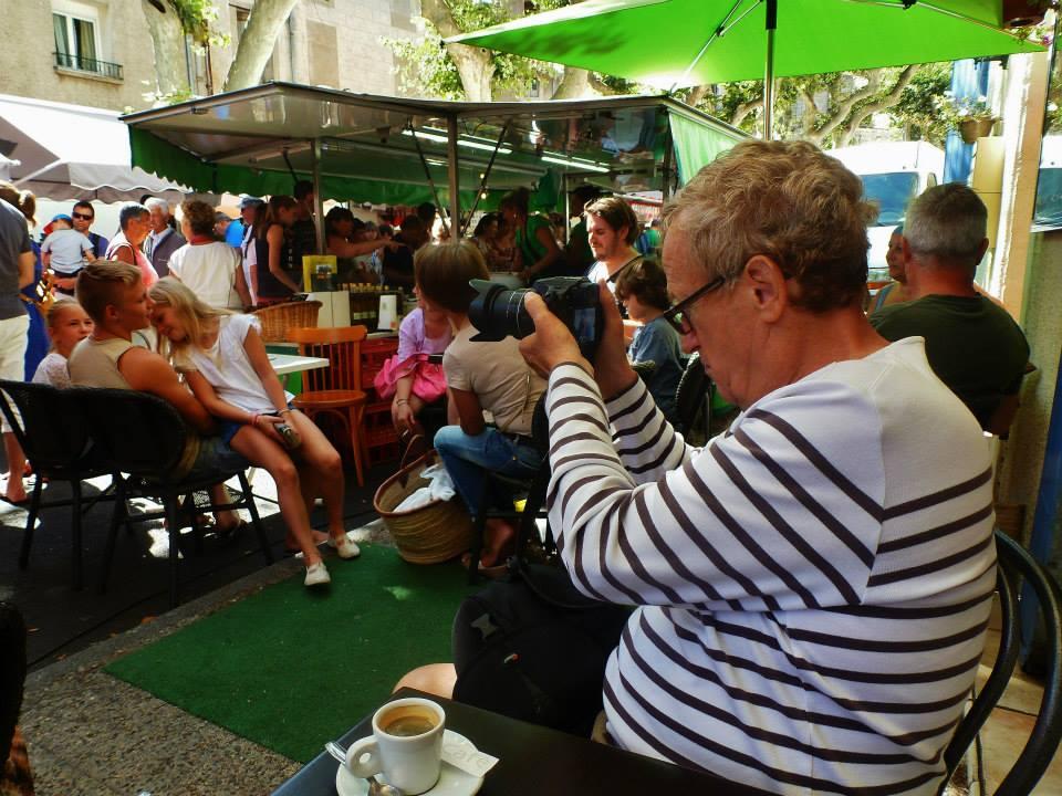 Vue sur le photographe qui shoote la scène de vie au marché de Clermont l'Hérault